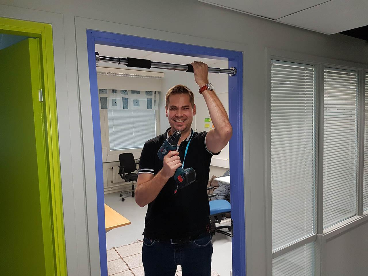 Teemu installing a horizontal bar to Tecinspire office
